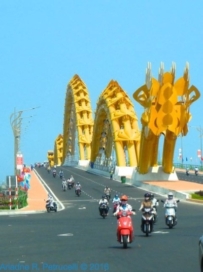 Dragon Bridge over the River Hàn in Da Nang, Vietnam.